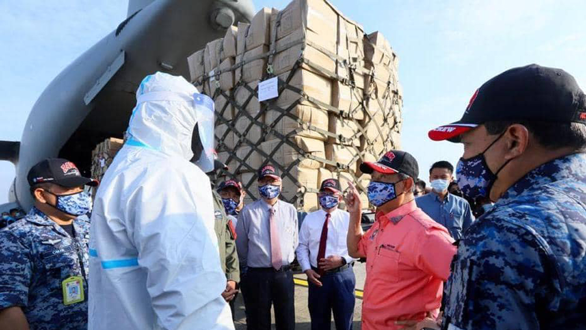PM inspects preparations of supplies to Sabah